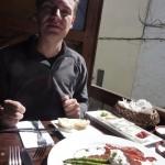 Thorsten und unser Gourmetfrühstück - verschiedene Brotsorten, Poschiertes Ei, grüner Spargel und gebratener Frühstücksspeck... :-)